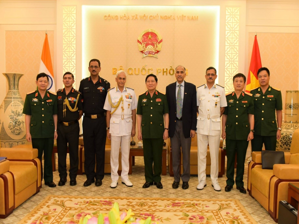 Admiral Sunil Lanba, Chairman, Chiefs of Staff Committee and Chief of Naval Staff of India was on a visit to Vietnam from 3-8 October 2017