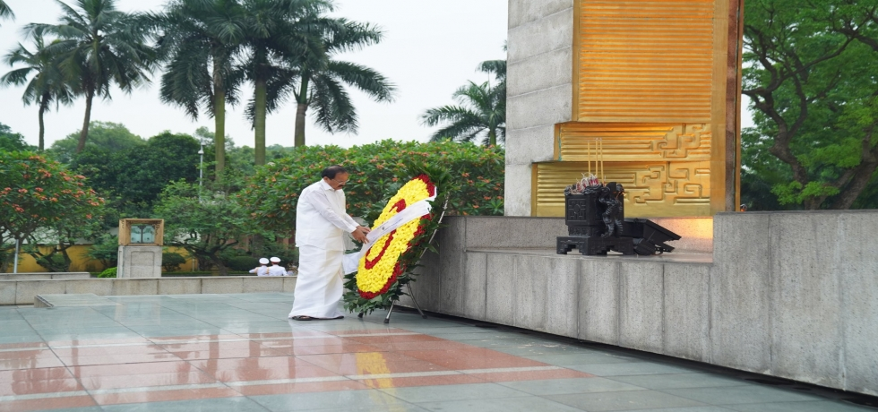 Paying respect at the Monument of National Heros and Martyrs